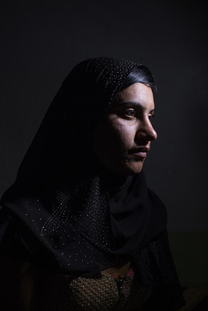 Sinjar, Irak  As'a Mahmud, 17 Œr, 15 nŠr hon kidnappades av ISIS. Hon hšlls fŒngen i Mosul. Hon sŒldes mellan olika ISIS mŠn och vŒldtogs. Hon fšrsškte ta livet av sig flera gŒnger och Šr nu mycket deprimerad. Hon bor med sin pappa i ett flyktinglŠger i Sinjar bergen. MŒnga av hennes syskon och mamma saknas fortfarande.   Photo: Niclas Hammarstršm